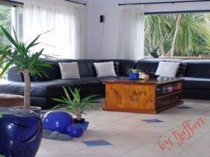 Flatmates Auckland: Room Available in large modern Family Home